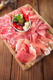 Placa de madeira de carnes curadas sortidos Foto de Stock Royalty Free