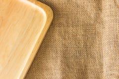 Placa de madeira na textura do saco de gunny com espaço da cópia Fotos de Stock
