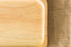 Placa de madeira na textura do saco de gunny com espaço da cópia Imagens de Stock Royalty Free