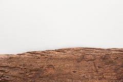 Placa de madeira no fundo concreto branco da textura Foto de Stock