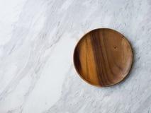 Placa de madeira no mármore branco fotografia de stock