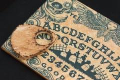 Placa de madeira Ouija: Uma comunicação com os espírito, tema da religião foto de stock royalty free
