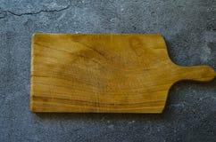 Placa de madeira rústica na superfície de mármore fotografia de stock royalty free