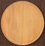 Placa de madeira redonda vazia com toalha de mesa fotografia de stock royalty free
