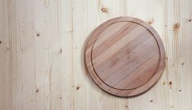 Placa de madeira redonda vazia para cortar em um fundo de madeira fotos de stock