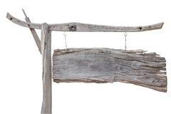 Placa de madeira velha do sinal que pendura com a corrente isolada no backgro branco Fotografia de Stock Royalty Free