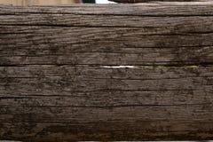 Placa de madeira velha nas quebras e nas manchas do musgo imagens de stock
