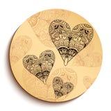 Placa de madera étnica con los corazones. Aislado en blanco Imagen de archivo
