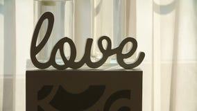 Placa de madera con el amor de la inscripción almacen de metraje de vídeo