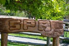 Placa de madera con el balneario de la palabra foto de archivo