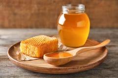 Placa de madera con la miel deliciosa Fotos de archivo libres de regalías