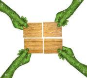 Placa de madera cuatro en sus manos Imagen de archivo