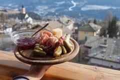 Placa de madera de la montaña del almuerzo italiano, valle de Fiemme, Trentino, Fotos de archivo