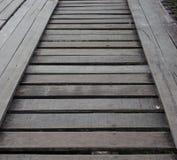 Placa de madera en el puente Imagenes de archivo