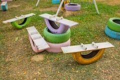 Placa de madera en los neumáticos viejos para el entrenamiento de la balanza imagen de archivo