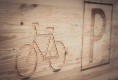 Placa de madera hermosa que indica el estacionamiento de la bicicleta del lugar imagenes de archivo