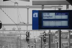 Placa de mensagem da estação de comboio no inverno imagem de stock