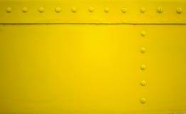 Placa de metal amarilla con el remache para el grunge o el fondo abstracto Fotos de archivo
