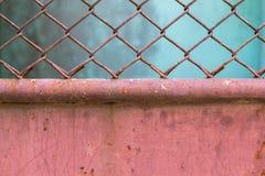 Placa de metal coberta com a corrosão e a pintura velha imagem de stock royalty free