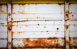 Placa de metal del fondo del Grunge con los tornillos Fotografía de archivo