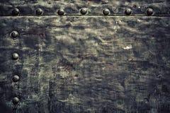 A placa de metal preta do Grunge com rebites parafusa a textura do fundo Fotos de Stock Royalty Free