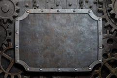 Placa de metal que pendura em correntes sobre as engrenagens medievais Fotografia de Stock Royalty Free