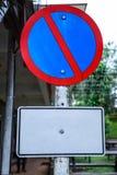 A placa de metal, trafica o sinal proibitivo: O estacionamento é proibido, nenhum estacionamento O sinal, mostrado geralmente com foto de stock royalty free