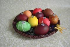 Placa de mimbre con los huevos Imagen de archivo libre de regalías