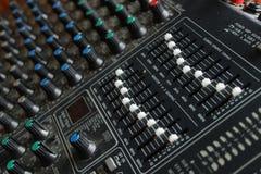 Placa de mistura com os botões brancos e azuis perto acima fotografia de stock royalty free