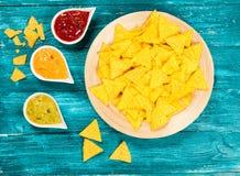Placa de nachos con diversas inmersiones Fotos de archivo