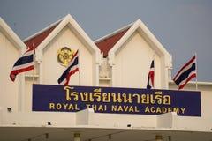 Placa de nome original e telhados de frontão de 50 anos de construção velha de Phuti Anan na Academia Naval tailandesa real imagem de stock royalty free