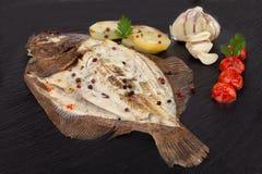 Placa de peixes cozidos do linguado foto de stock royalty free