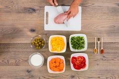 Placa de Person Cutting Meat On Chopping foto de stock