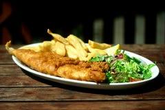 Placa de pescado frito con patatas fritas. Fotografía de archivo libre de regalías
