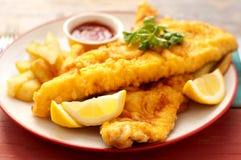 Placa de pescado frito con patatas fritas tradicionales Imagen de archivo