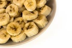 Placa de plátanos cortados en el fondo blanco Fotografía de archivo libre de regalías