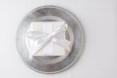 Placa de plata del regalo blanco Fotografía de archivo