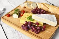 Placa de queijo com baguette fresco Imagens de Stock Royalty Free