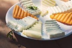 Placa de queijo com cores e sabores diferentes imagens de stock