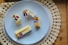 Placa de queijo com marcadores e bandeiras imagens de stock