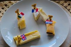 Placa de queijo com marcadores e bandeiras foto de stock