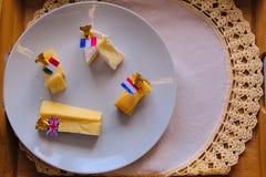 Placa de queijo com marcadores e bandeiras imagem de stock royalty free