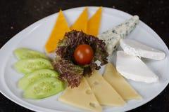 Placa de queijo com tomate de cereja fotografia de stock royalty free