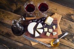 Placa de queijo com uva e vinho na madeira Foto de Stock Royalty Free