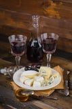 Placa de queijo com uva e vinho na madeira Fotos de Stock Royalty Free