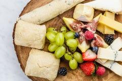 Placa de queijo com uvas e morangos do pão Fotografia de Stock