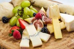 Placa de queijo com uvas e morangos do pão Imagens de Stock