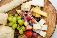 Placa de queijo com uvas e morangos do pão Imagens de Stock Royalty Free