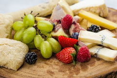 Placa de queijo com uvas e morangos do pão Foto de Stock Royalty Free