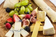Placa de queijo com uvas e morangos do pão Fotografia de Stock Royalty Free